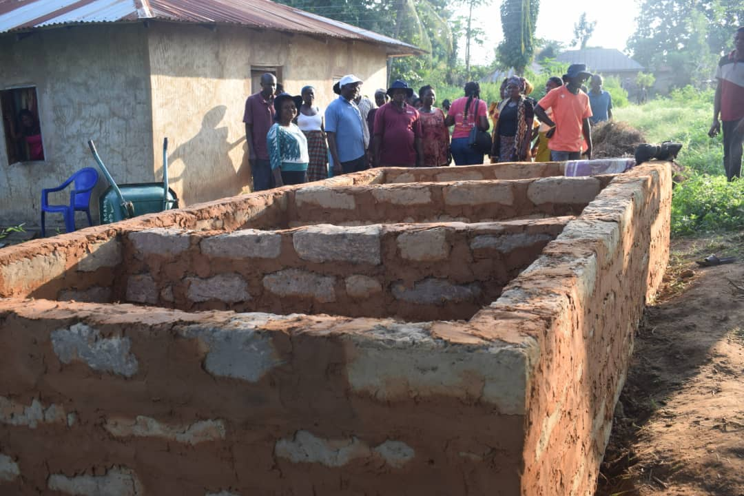 Farmers in Benue State learn how to construct elevated trenches using materials in their own backyard.